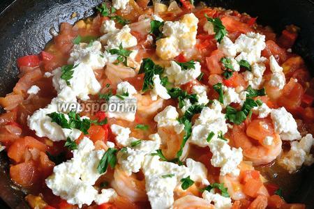 Теперь добавляем в сковороду креветки, крошим сыр Фета и посыпаем рубленной петрушкой. Солим и перчим по вкусу. Прогреваем минуту и сразу подаём.