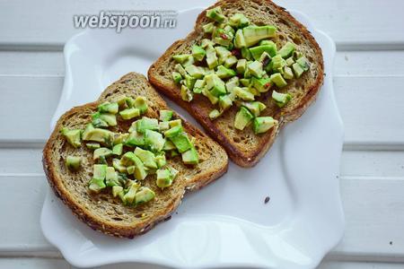 На обжаренный хлеб положим авокадо.