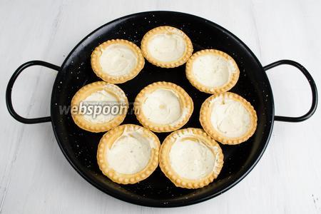 Донышко тарталеток смазать небольшим количеством сливочного сыра.