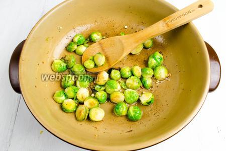 Взбрызнуть на капусту лимонным соком (2 ст.л.) Оставить на сковороде. Огонь выключить.