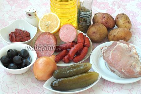 Для приготовления солянки нам понадобится мякоть свинины, картофель, солёные огурцы, лук, маслины, каперсы, томатная паста, подсолнечное масло, соль, перец, лавровый лист и несколько видов копчёностей. Я выбрала 2 вида копчёной колбасы и баварские колбаски.