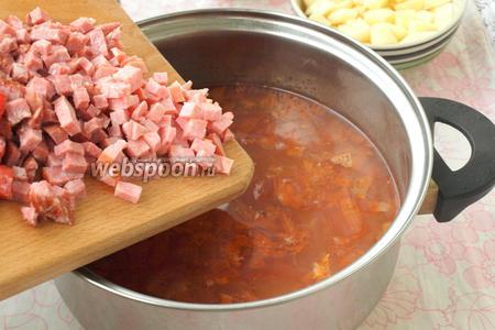 Добавить в солянку мясо и копчёности.