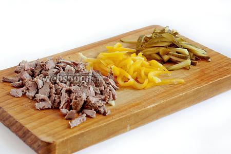 Кусочки шашлыка, сладкий перец и огурцы нарезать соломкой.