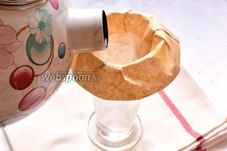 Сначала нужно сварить кофе эсперессо, любым удобным для вас способом. Я буду заваривать кофе с помощью  фильтр-пакета и конусообразного стакана. У бариста есть специальная воронка в виде чашки, с сосудом внизу (кемекс). Я взяла сам принцип приготовления в кемексе, использую подручные средства. Одеваем фильтр на стакан. Теперь нужно смочить небольшим количеством кипятка фильтр. Воду затем слить.