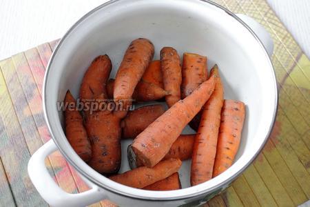Морковь отвариваем в мундире в течение 25 минут. Остужаем.