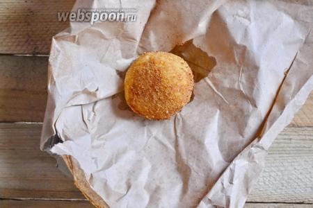 Готовые крокеты выкладываем на пекарскую бумагу, чтобы убрать лишнюю жидкость. Ароматные, нежные, с хрустящей корочкой крокеты готовы. Приятного аппетита.