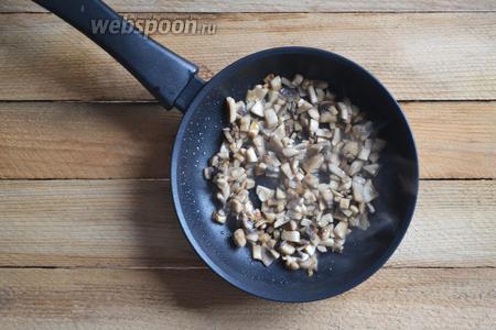 Моем грибы. Нарезаем небольшим кубиком. Обжариваем до готовности на небольшом количестве масла.