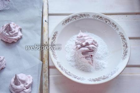 На следующий день соединить попарно подходящие половинки зефира и обвалять их в сахарной пудре.