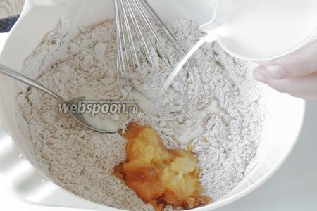 Отставляем в сторону 3 ст. л. муки, она нам понадобится через 12 часов. Смешиваем муку, тростниковый сахар, орехи и мёд для теста. Соду разводим в молоке и вливаем.