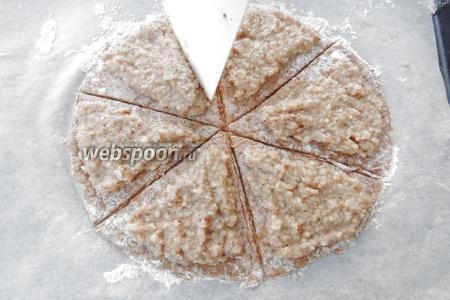 Распределяем ореховую начинку на разрезанное тесто так, чтоб были визуально разделены треугольники и имели свободные края по 1.5 см. Свободные края немного смачиваем водой.