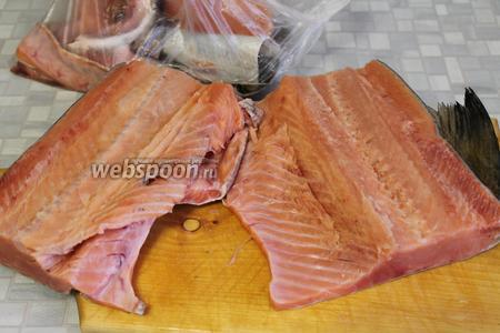 Рыбу разделать на филе, кости и плавники, добавить к другим обрезкам (хвост, голова), пойдут на суп или пироги.