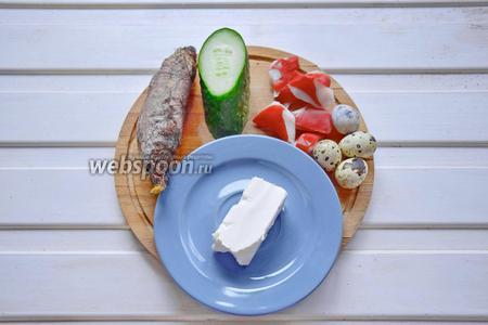 Ингредиенты: сыр Фета, свёкла запечённая, огурец свежий, крабовое мясо, перепелиные яйца.