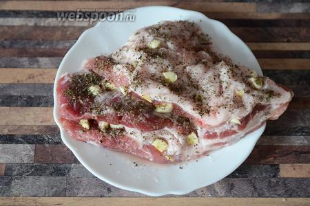 Далее по вкусу добавляем сушёную мяту и базилик.