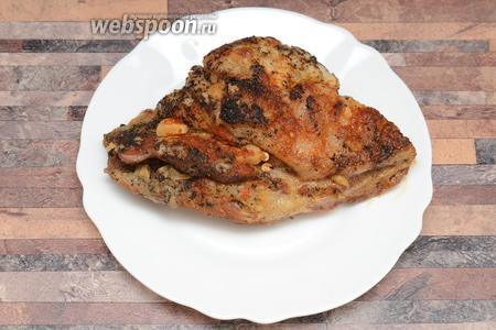 Запекаем в течение 2 часов, переодически добавляя кипячёную воду. После, нарезаем мясо и подаём с гарниром на стол. Приятного аппетита!