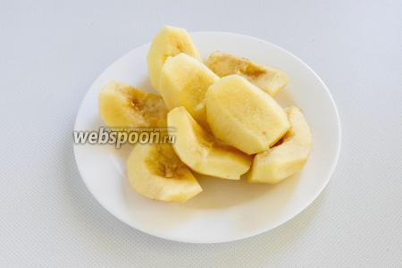 Айву промойте, нарежьте на 4 части каждый плод. Удалите сердцевинки и срежьте шкурку. Ломтики айвы положите в миску и залейте водой, чтобы не темнели.