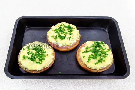 Готовые бутерброды можно посыпать измельчённой зеленью. Подать в горячем виде.