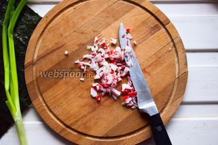 Крабовое мясо нарезать мелкими кубиками.