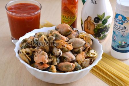 Подготовьте необходимые ингредиенты: мясо мидий, консервированную томатную мякоть, табаско, оливковое масло, пасту Linguine (можно спагетти), морскую соль.
