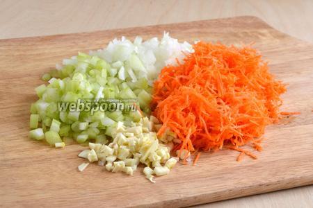 Нарежьте лук и сельдерей мелкими кубиками, чеснок нарубите, морковь натрите на мелкой терке, чтобы она успела приготовиться, так как блюдо готовится быстро.