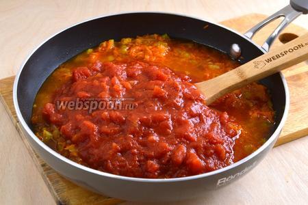 Влейте томаты, добавьте табаско. Если томаты густые, добавьте около 150 мл воды. Тушите 10 минут на среднем огне, помешивая.