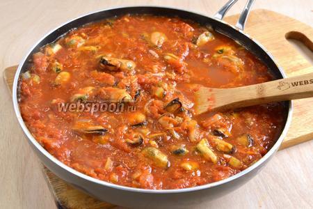 Тушите блюдо не более 5 минут. Соус из мидий и томатов готов.