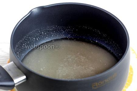 Параллельно замочить агар (8 г) в воде (160 мл). Затем поставить его на огонь, полностью растворить при нагревании. Добавить весь сахар (450 г) и варить сироп минут 5, не забывая помешивать.