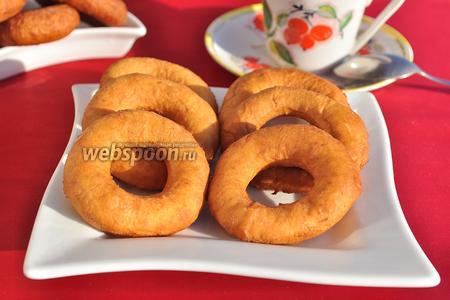 Готовые воздушные пончики украсьте сахарной пудрой или оставьте их так.