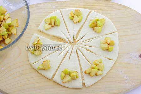 На каждый уложите, с широкой стороны, немного яблочной начинки.