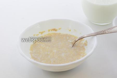 Молоко немного подогрейте. Налейте 1/2 часть нормы в глубокую тарелочку. Насыпьте 1 столовую ложку сахара и дрожжи. Перемешайте.