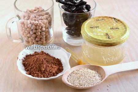 Подготовьте продукты для приготовления нутовых конфет: сухой нут, чернослив без косточек, какао порошок, мёд, ваниль и кунжут. Также понадобится малюсенькая щепотка морской соли, просто для того, чтобы подчеркнуть вкус.