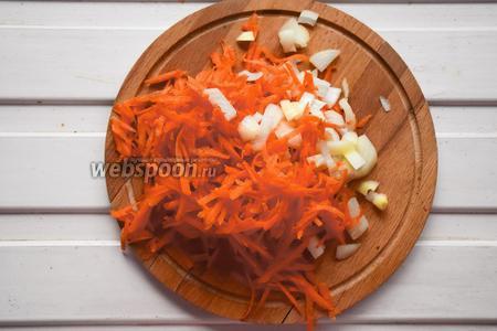 Морковь натереть на крупной тёрке, лук нарезать брусочками. Размер не имеет принципиального значения, так как все ингредиенты будут в дальнейшем перемолоты.
