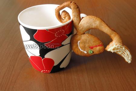 Обезьяну можно повесить на чашку хвостиком, как на фото или щелью между лапкой и хвостом. Только аккуратнее, пряники хрупкие. Сладость ребёнку к утреннему новогоднему молоку готова! Приятного аппетита!