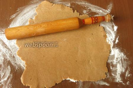 Раскатываем тесто, чуть толще, чем на обычные пряники — в фигурке много тонких деталей.