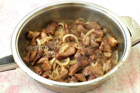Накрыть сковороду крышкой и тушить мясо ещё 15 минут. С помощью вилки попробовать мясо на готовность, оно должно быть мягким. Приятного аппетита!