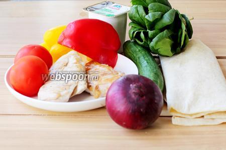 Приготовим все ингредиенты: лаваш тонкий армянский, свежие овощи (огурец, сладкий перец, помидор, шпинат, лук), а также нежирный йогурт и по желанию чеснок. И куриное филе, которое я предварительно разрезала на 4 части и обжарила на гриле до готовности.