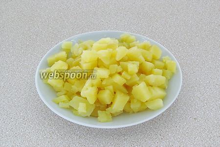 Картофель отварить в кожуре до мягкости, обдать холодной водой, остудить, очистить и нарезать мелкими кубиками.