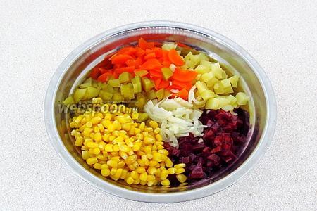 Соединить свёклу, отцеженную от заливки кукурузу, лук, морковь, огурцы и картофель, посолить по вкусу, подсластить, сбрызнуть уксусом и заправить маслом.