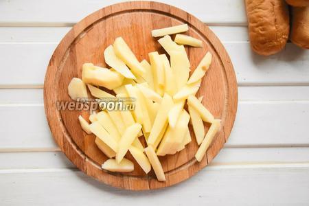 Первым делом ставим варить сосиски. Картофель моем, чистим и режем на брусочки, как для фритюра.