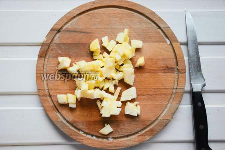 Яблоко очищаем от шкурки и семечек и нарезаем так же кубиками.