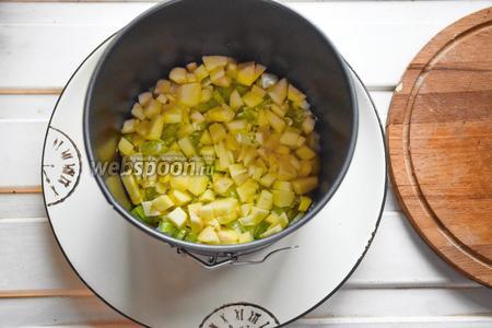 На картофель выкладываем сельдерей.