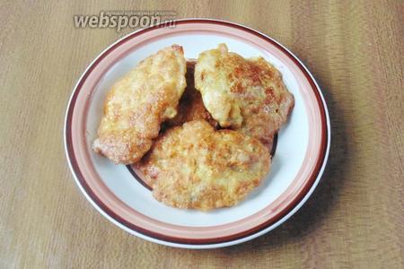 Отбивные из куриных бёдер готовы. Подаём на обед или ужин с картофельным пюре, гречневой кашей, овощами и соленьями.