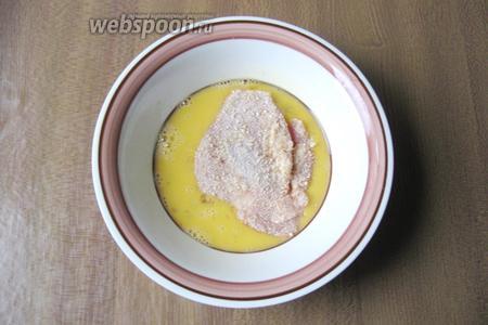 Взболтать яйцо и окунуть бёдра в сухарях в яйцо.