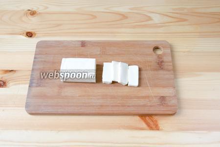 1 плавленый сыр режем небольшими брусочками.