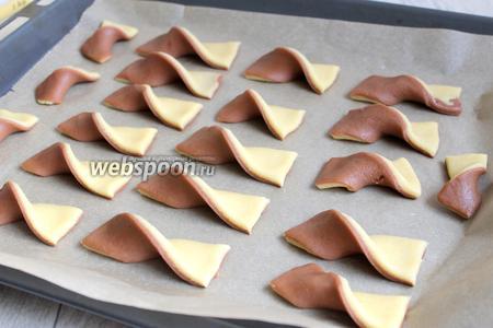Кладём бантики на бумагу и ставим в разогретую духовку на 15 минут при 180°С.
