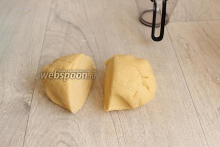 Мягкое масло смешаем с сахаром, сахаром ванильным, и добавим муку с содой, и перетрём руками в крошку, добавим яйцо. Замесим тесто. Разделим его пополам.