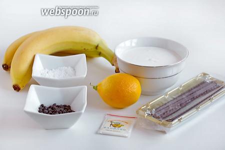 Подготовить все продукты по списку. Нам понадобятся спелые бананы, жирные сливки (у меня были 45%), сахарная пудра, ванилин или ванильный сахар, сок лимона, шоколадные дропсы для украшения или шоколадную стружку, апельсиново-шоколадные палочки (необязательно), печенье и ликёр с кофе для пропитки.