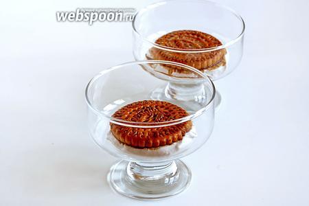 На дно креманок выложить по 1 ложке бананового мусса, поверх — пропитанное в кофе печенье.
