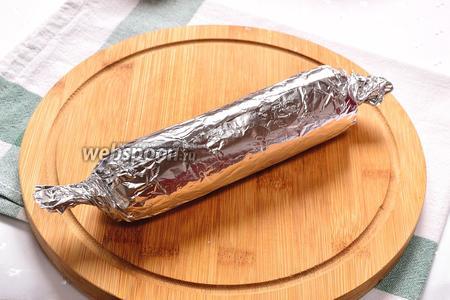 Заворачиваем сосиску в фольгу или пищевую плёнку и убираем в холодильник минут на 5-10. Можно и пропустить этот шаг.