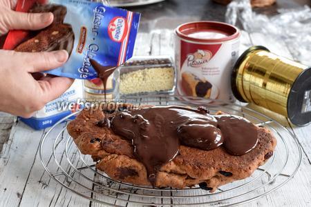 Растопим готовую шоколадную глазурь, добавим в неё кирш, размешаем. Глазируем сначала нижнюю сторону штоллена, дадим высохнуть.