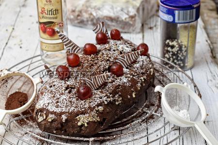 Украшаем шоколадным бисером или какао с сахарной пудрой, шоколадными ломтиками и настоянной вишней.